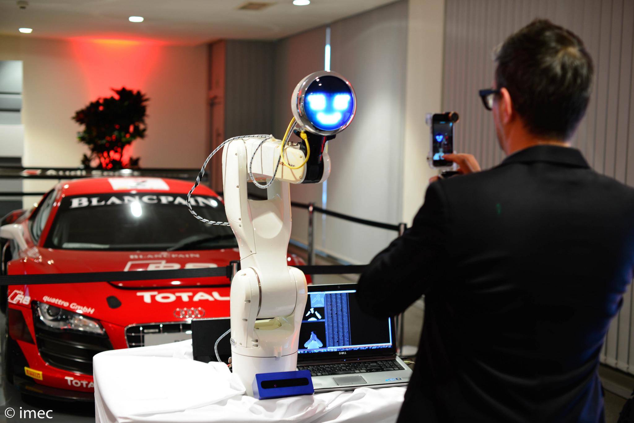 """Inovação robótica em ação: o robô colaborativo """"Walt"""" ajuda a construir veículos"""