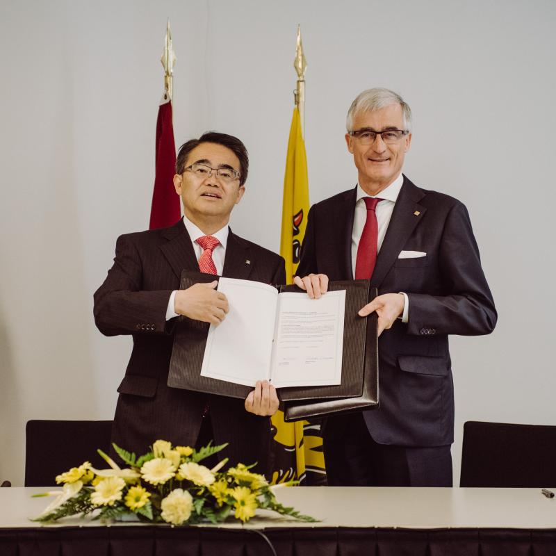 Minister-President of Flanders Bourgeois and Governor Ohmura of Aichi Prefecture (Japan) signed a friendship memorandum